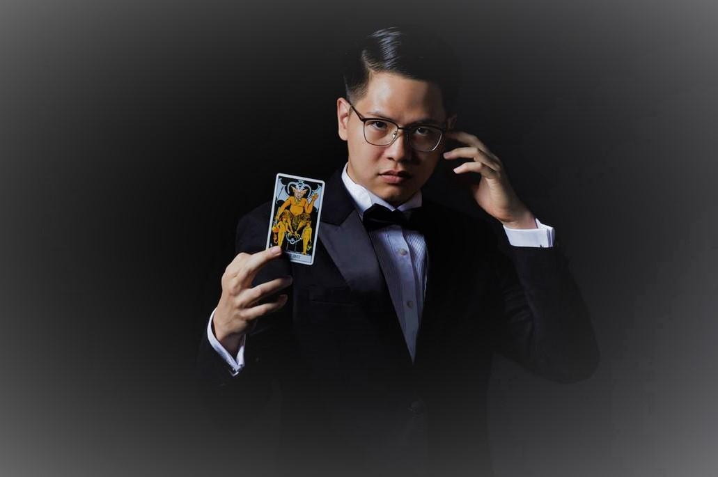 magicien tenant une carte
